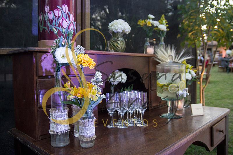 Casamento Cerimônia ao ar livre gramado sitio Decoração floral flores amarelas arranjinhos DIY renda vidrinhos