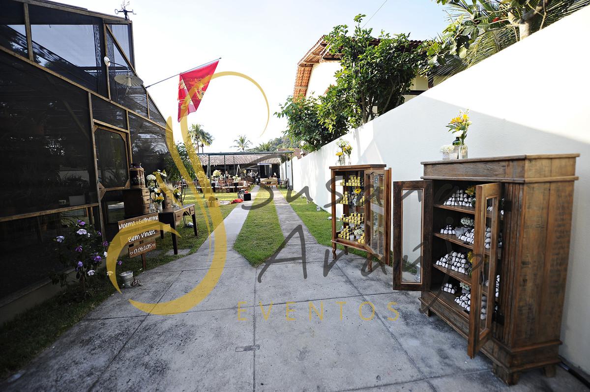 Casamento Cerimônia ao ar livre gramado sitio Decoração floral flores amarelas arranjinhos Armarios estantes madeira rustica bem casado