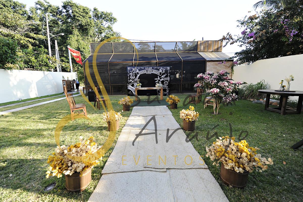 Casamento Cerimônia ao ar livre gramado sitio Decoração floral flores amarelas esteira palha cestos bouganville amarelo branco