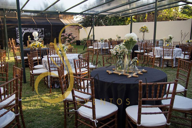 Casamento Cerimônia ao ar livre gramado sitio Decoração floral flores amarelas brancas centros de mesa convidados composição treliça bambu toalha preta cadeira madeira