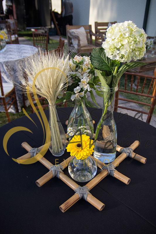 Casamento Cerimônia ao ar livre gramado sitio Decoração floral flores amarelas brancas trigo seco centros de mesa convidados composição treliça bambu toalha preta