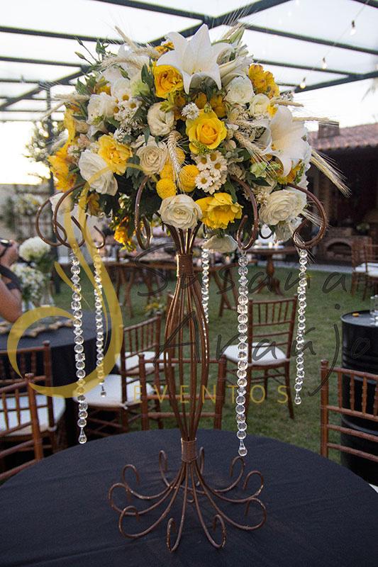 Casamento Cerimônia ao ar livre gramado sitio Decoração floral flores amarelas brancas centros de mesa convidados arranjo ferro alto cristal toalha preta