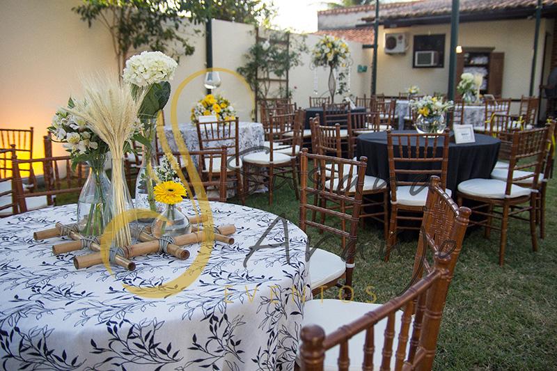 Casamento Cerimônia ao ar livre gramado sitio Decoração floral flores amarelas brancas centros de mesa convidados composição treliça bambu toalha estampada preta e branca cadeira madeira