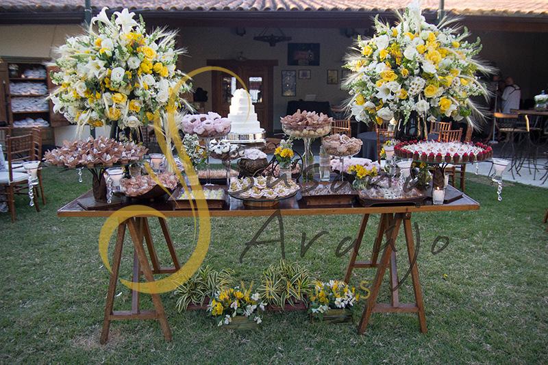 Casamento Cerimônia ao ar livre gramado sitio Decoração floral flores amarelas brancas mesa doces bolo arranjo alto decorativo