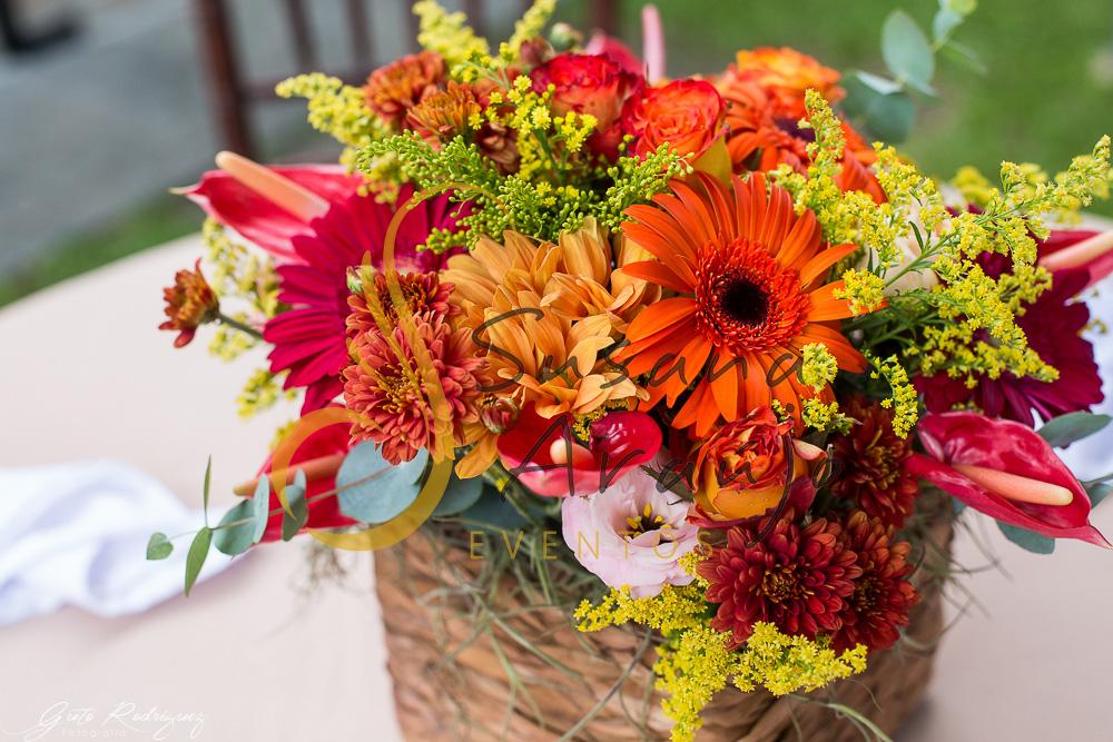 Casamento Cerimônia ao ar livre gramado sitio Decoração floral flores arranjinhos cachepot madeira flores laranja amarelo rosa