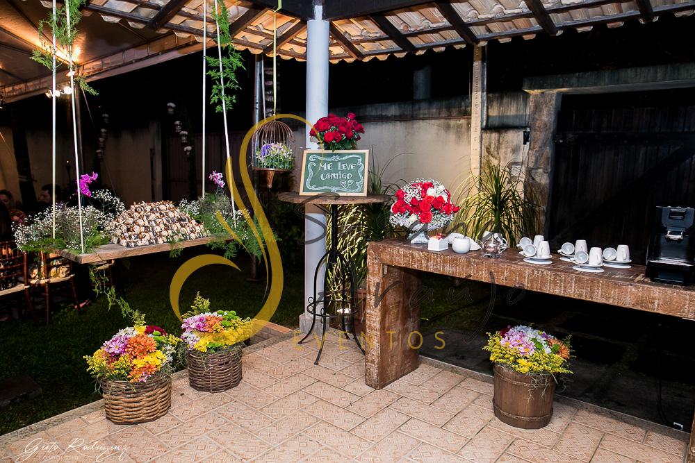 Casamento Cerimônia ao ar livre Decoração floral flores amarelas arranjinhos aparador madeira rustico bem casado