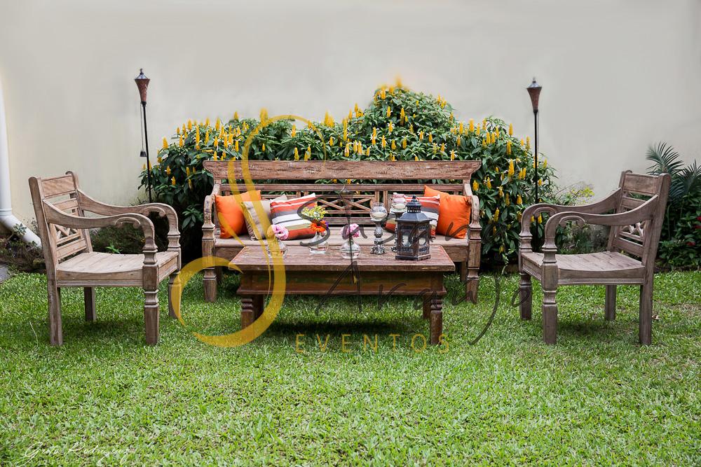 Casamento Cerimônia ao ar livre gramado sitio Decoração floral flores arranjinhos almofadas laranja rosa lounge rústico