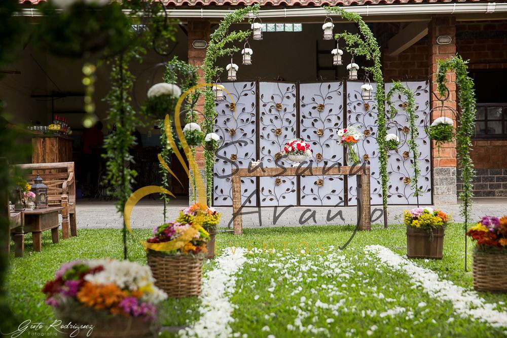Casamento Cerimônia ao ar livre gramado sitio Decoração floral flores arranjinhos cachepot madeira flores laranja amarelo rosa caminho petalas rosa branca suporte ferro era paulista cestos cipo palha