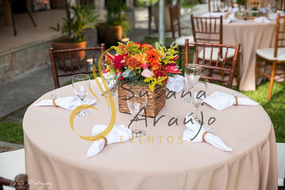 Casamento Cerimônia ao ar livre gramado sitio Decoração floral flores arranjinhos cachepot madeira centro mesa convidado flores laranja amarelo rosa