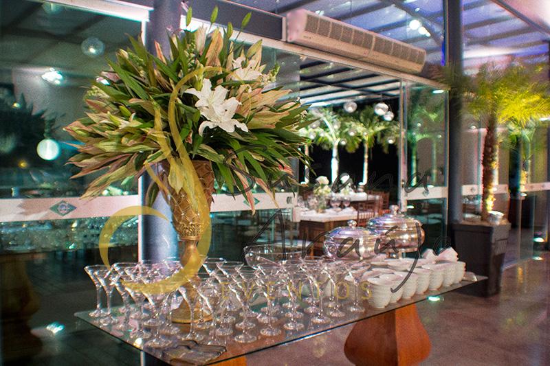 Casamento Clube Aquidaba Angra dos Reis Decoração floral flores brancas mesa buffet ânfora dourada strass arranjo folhagem