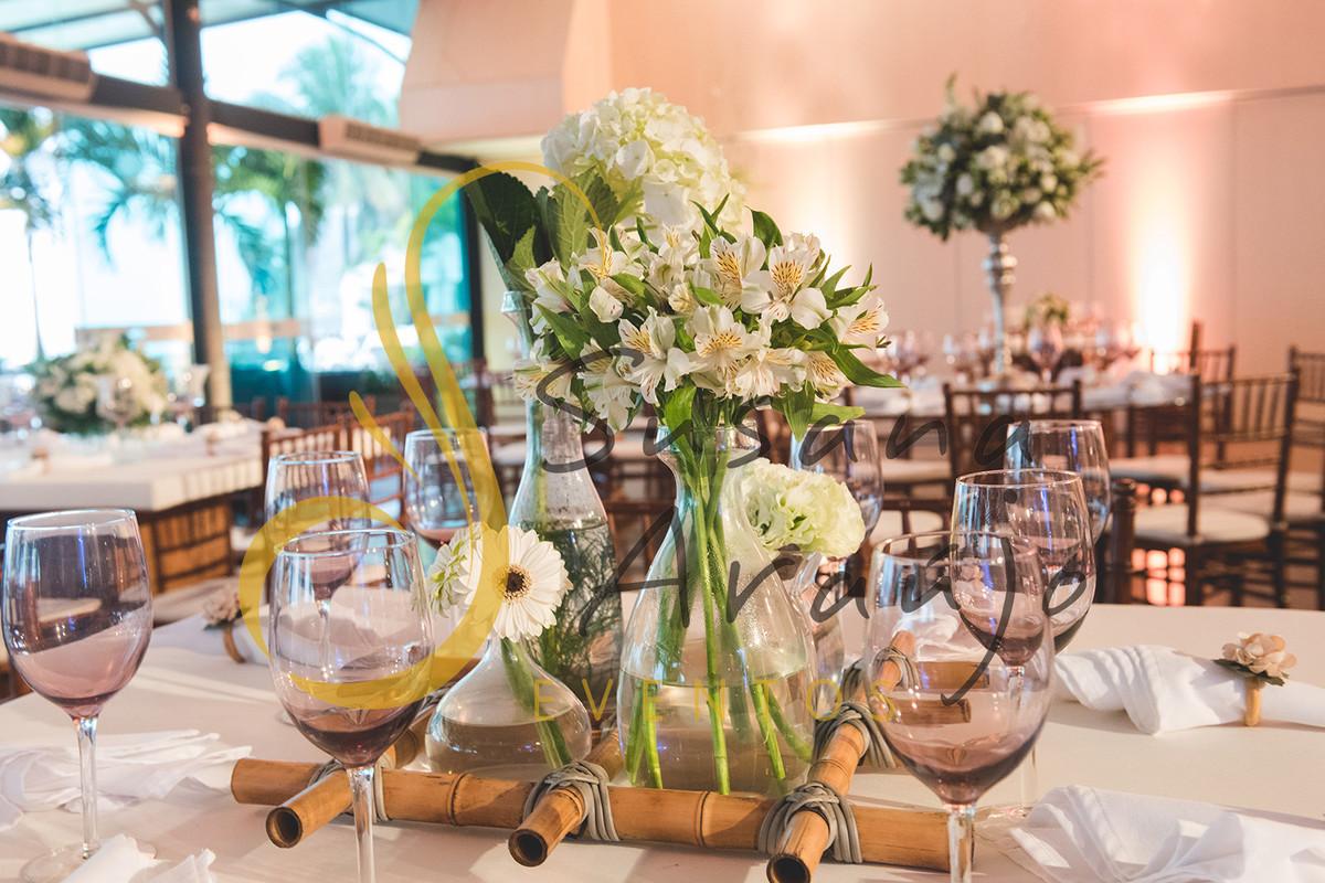 Casamento Clube Aquidaba Angra Decoração floral flores brancas mesa convidados centro composição flores brancas mesa redonda madeira