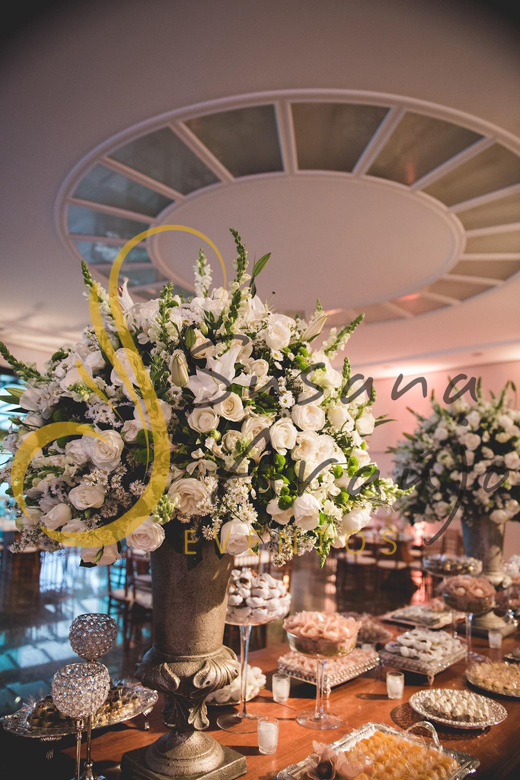 Casamento Clube Aquidaba Angra Decoração floral flores brancas mesa doces arranjos altos grandes tradicionais decorativos flores brancas bandejas rusticas