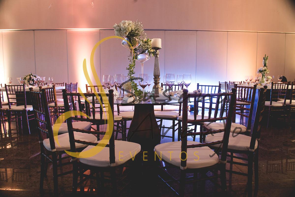 Casamento Clube Aquidaba Angra Decoração floral flores brancas mesa convidados centro composição flores brancas mesa redonda vidro