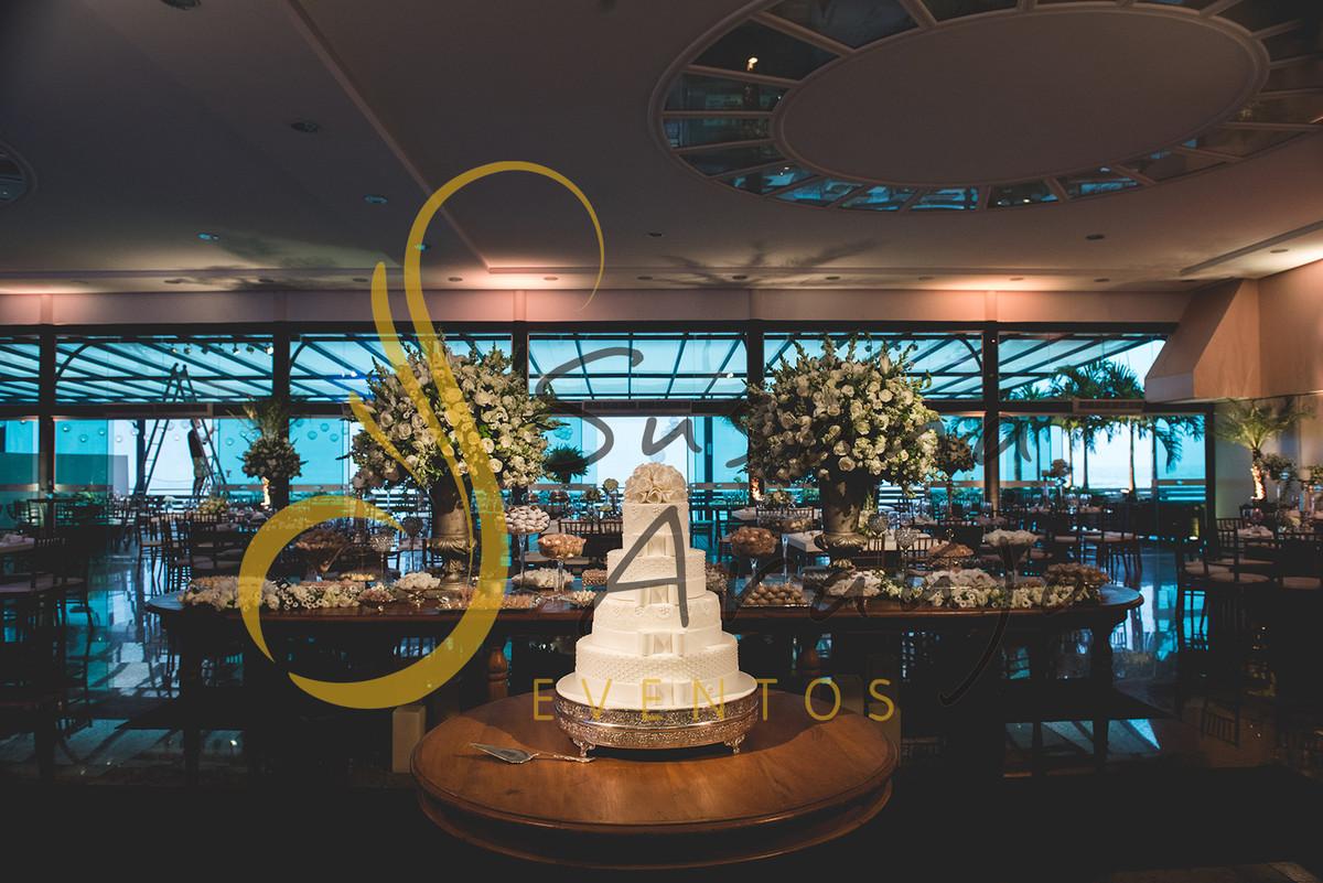 Casamento Clube Aquidaba Angra Decoração floral flores brancas mesa bolo doces arranjos altos grandes tradicionais decorativos flores brancas mesa inglesa oval