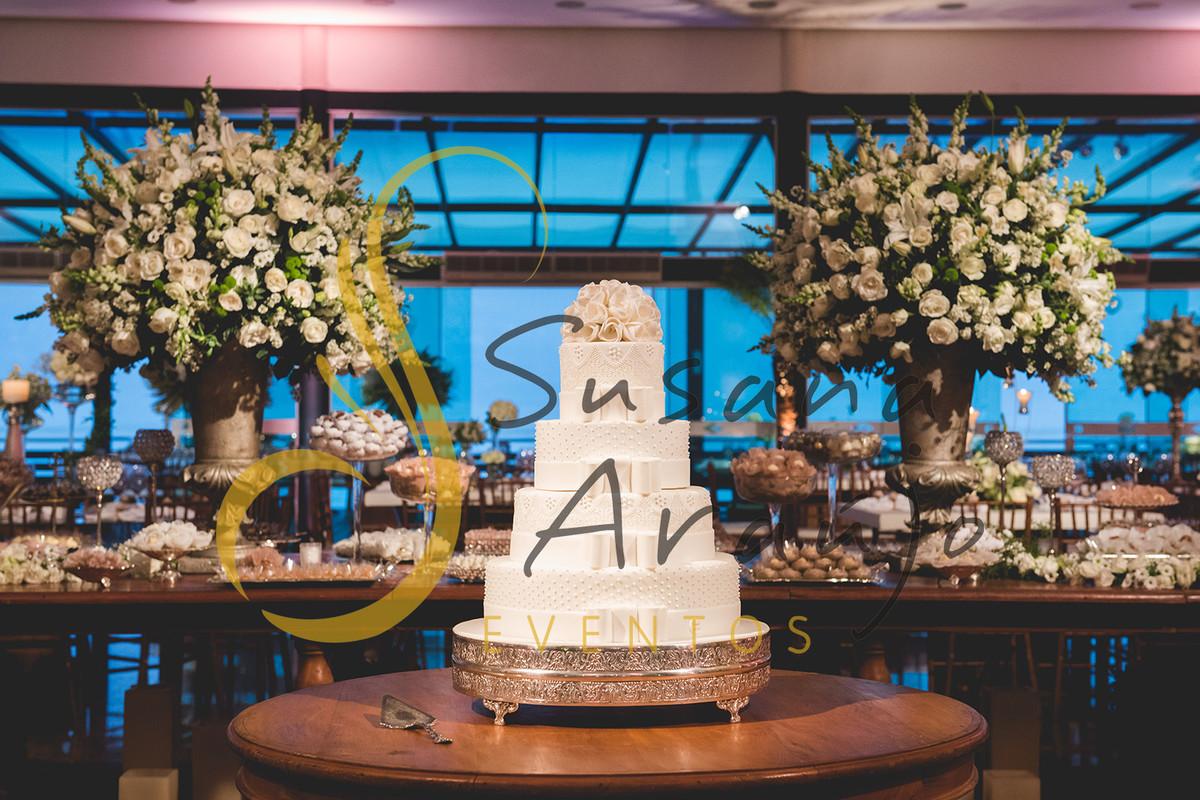 Casamento Clube Aquidaba Angra Decoração floral flores brancas mesa bolo doces arranjos altos grandes tradicionais decorativos flores brancas