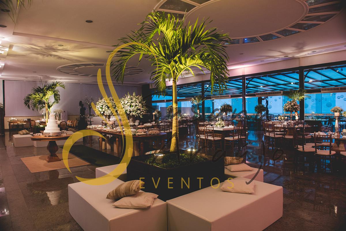 Casamento Clube Aquidaba Angra Decoração lounge pufes magnatas palmeira no centro plantas decorativas