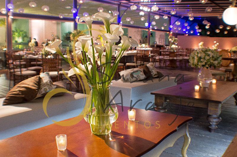 Casamento Clube Aquidaba Angra dos Reis Decoração floral flores brancas copo de leite mesa de centro de lounge varanda
