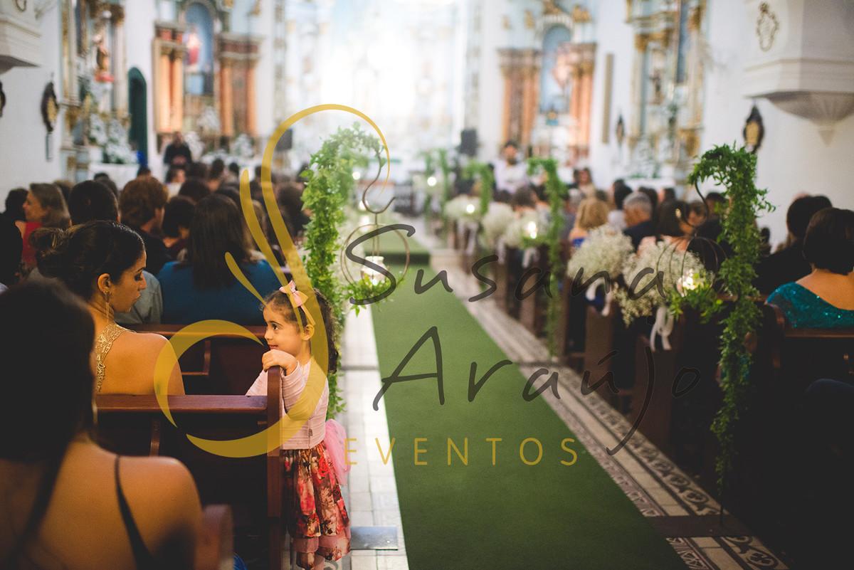 Casamento cerimônia Igreja da Matriz NªSra da Imaculada Conceição decoração branca flores chuva de prata passadeira verde suportes de ferro