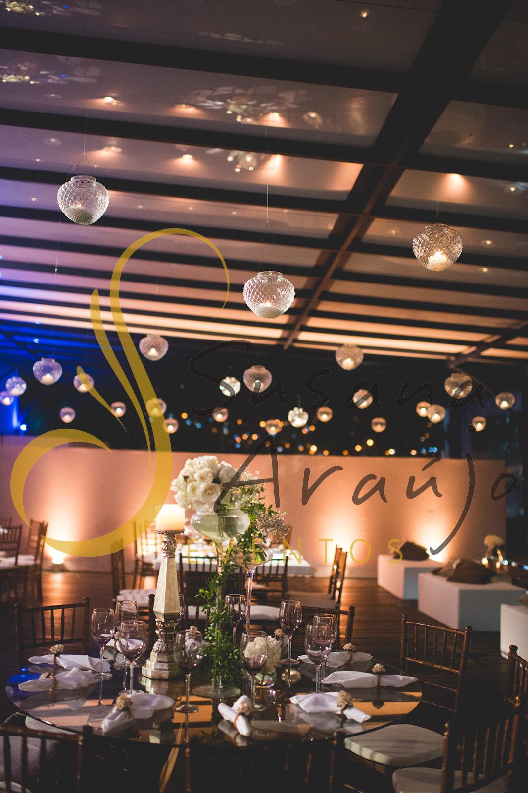 Casamento Clube Aquidaba Angra Decoração floral flores brancas mesa convidados centro composição flores brancas mesa redonda vidro varanda velas suspensas bico de jaca