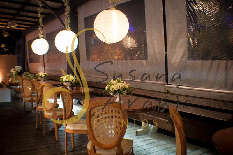 Casamento Clube Aquidaba Angra dos Reis Decoração floral flores brancas copo de leite mesa de centro de lounge varanda luminaria lanterna japonesa