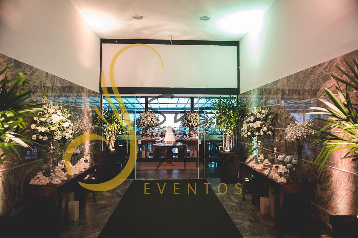Casamento Clube Aquidaba Angra Decoração floral flores brancas entrada aparador bem casado cafe arranjos grandes carpete verde musgo passadeira