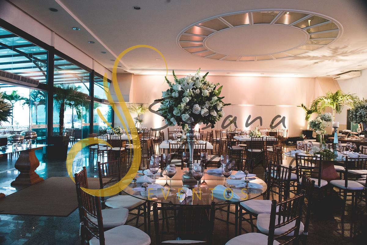 Casamento Clube Aquidaba Angra Decoração floral flores brancas mesa convidados centro arranjo alto flores brancas mesa redonda vidro