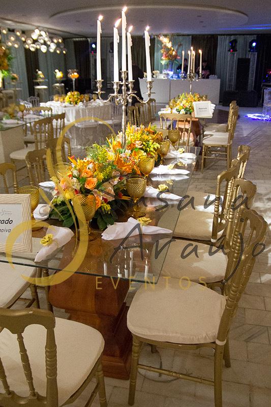 Casamento Clube Central Icarai Decoração floral flores amarelas laranja verde chá cadeiras douradas mesa vidro quadrada jardineiras castiçal prata velas