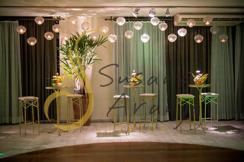 Casamento Clube Central Icarai Decoração floral flores amarelas laranja verde banqueta dourada mesa bistrô dourada velas suspensas