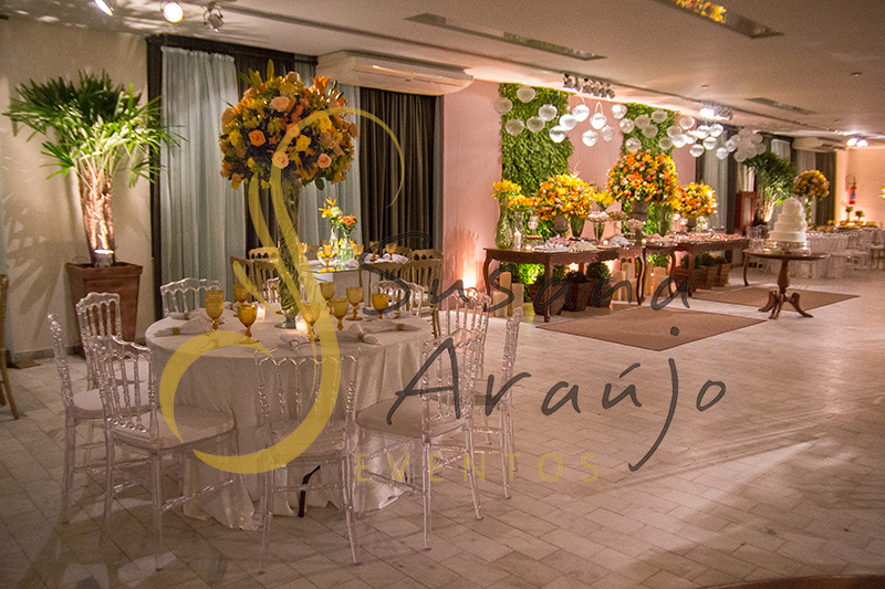 Casamento Clube Central Icarai Decoração floral flores amarelas laranja verde chá cadeiras cristal transparente mesa toalha adamascada arranjo alto