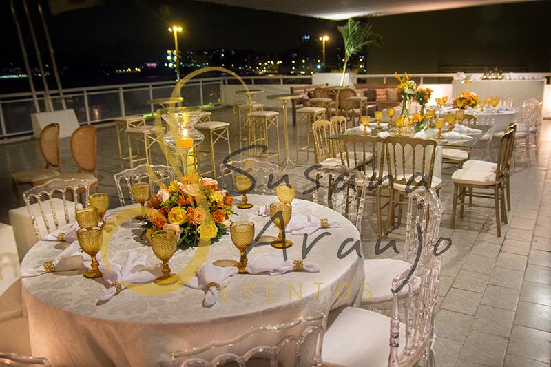 Casamento Clube Central Icarai Decoração floral flores amarelas laranja verde chá mesa redonda composição de arranjos cadeira cristal transparente toalha adamascada marfim