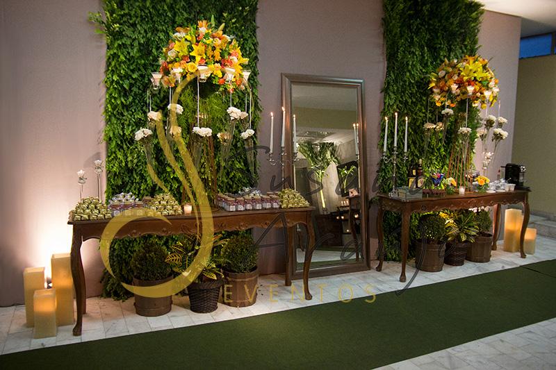 Casamento Clube Central Icarai Decoração floral flores amarelas laranja verde muro painel passadeira corredor verde entrada bem casado espelho grande arranjo