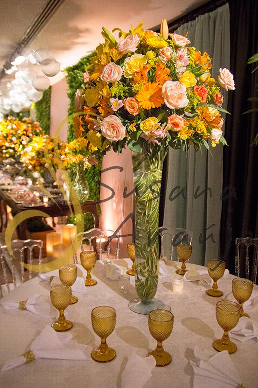 Casamento Clube Central Icarai Decoração floral flores amarelas laranja cha verde mesa centro convidado taças amarelas arranjo alto