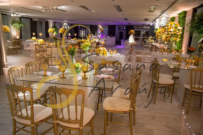 Casamento Clube Central Icarai Decoração floral flores amarelas laranja verde chá cadeiras douradas mesa vidro quadrada composição de arranjos