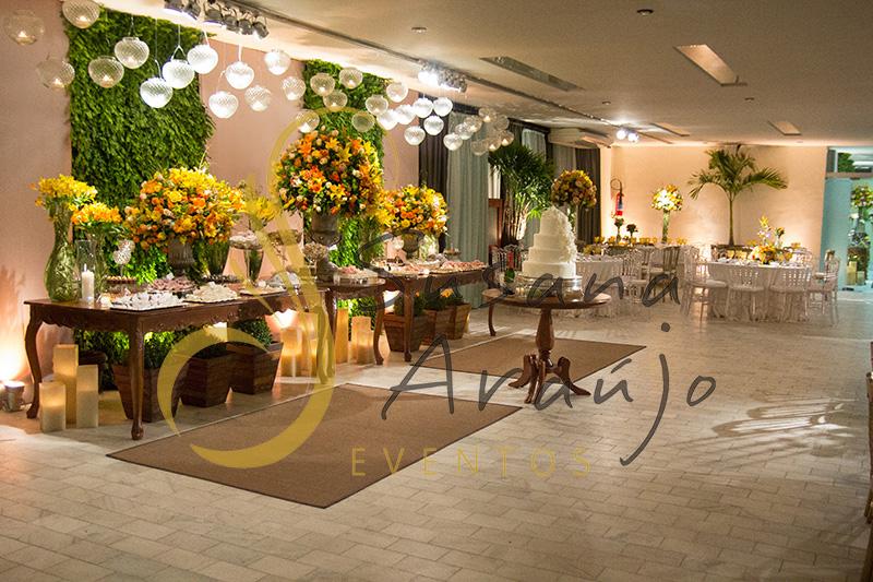 Casamento Clube Central Icarai Decoração floral flores amarelas laranja verde muro painel inglês era mesa bolo doces madeira tapetes