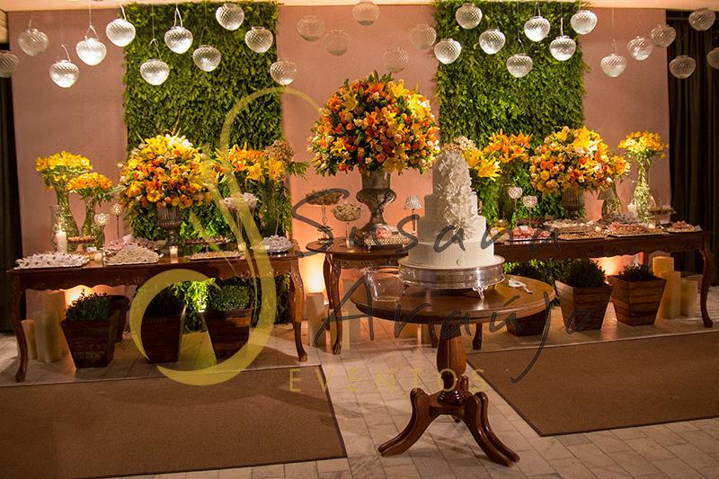 Casamento Clube Central Icarai Decoração floral flores amarelas laranja verde muro painel inglês era mesa bolo doces madeira tapetes vela suspensa