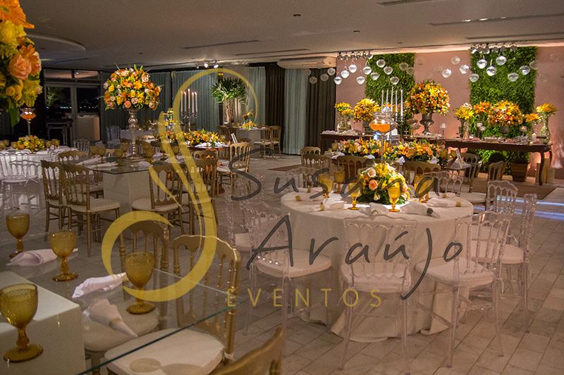 Casamento Clube Central Icarai Decoração floral flores amarelas laranja verde chá cadeiras douradas mesa vidro quadrada toalha adamascada composição de arranjos