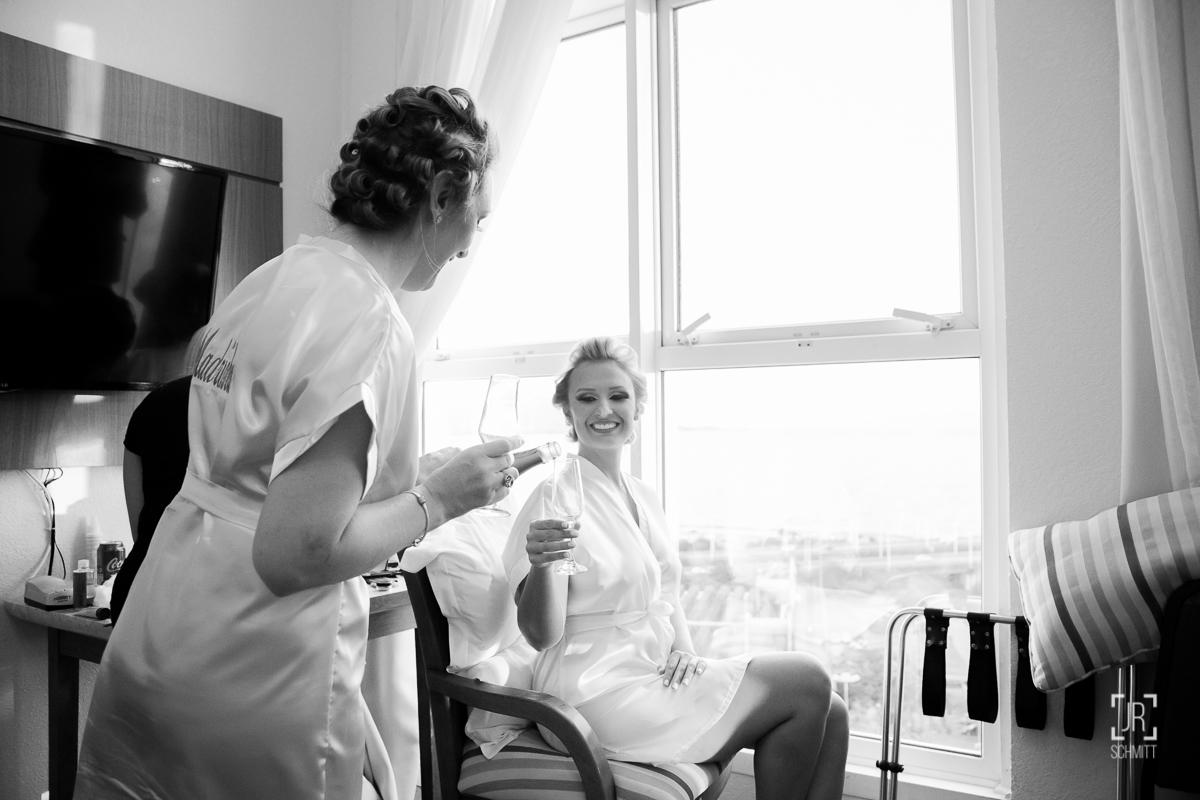 mãe servindo espumante para a noiva