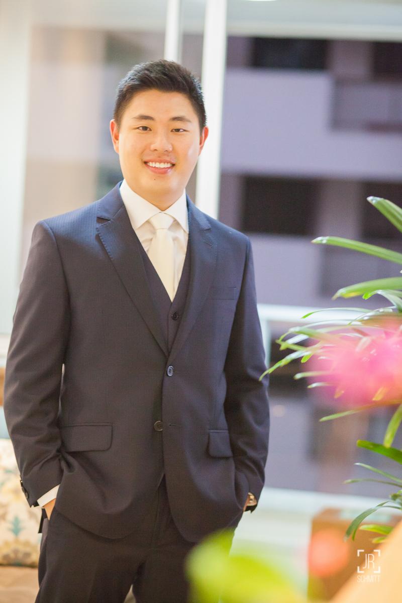 noivo de terno e gravata branca
