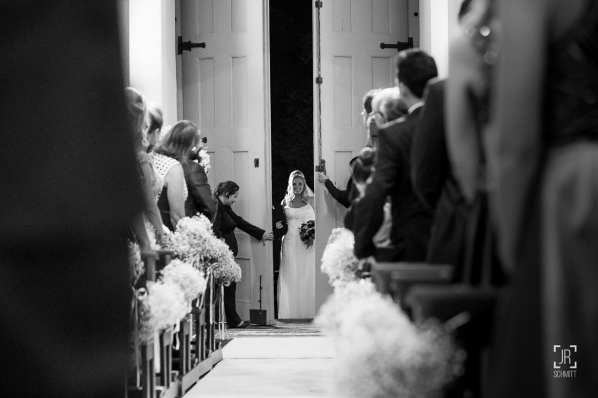 porta da igreja se abrindo para a entrada da noiva