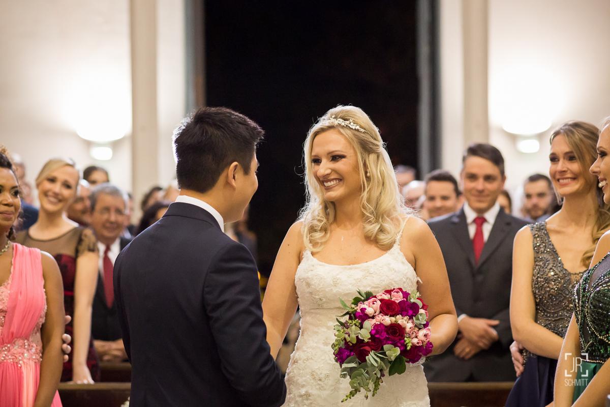 noivos trocando olhares no início da cerimônia