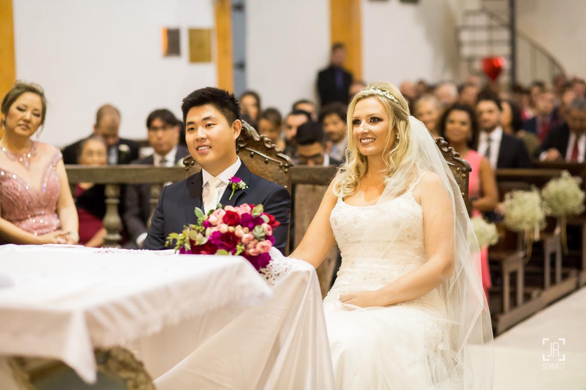 noivos sentados durante a cerimônia