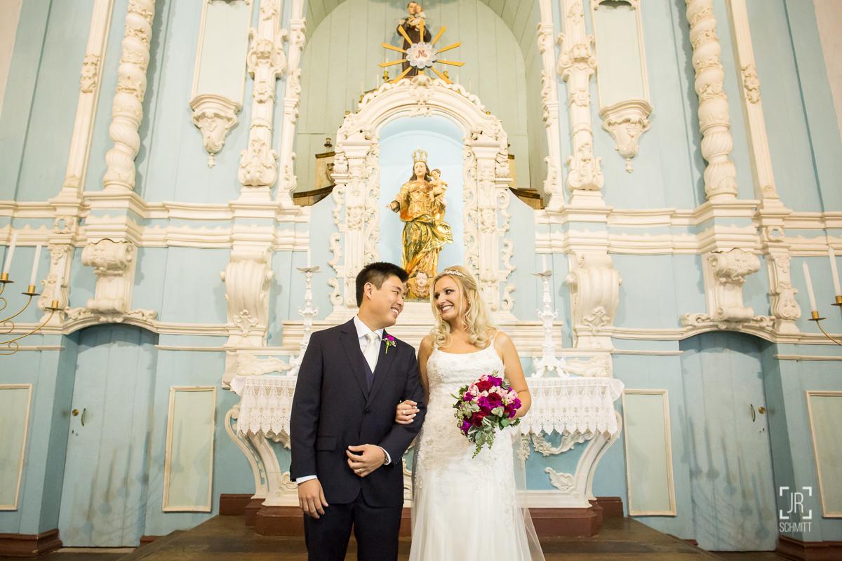 noivos trocando olhares no altar