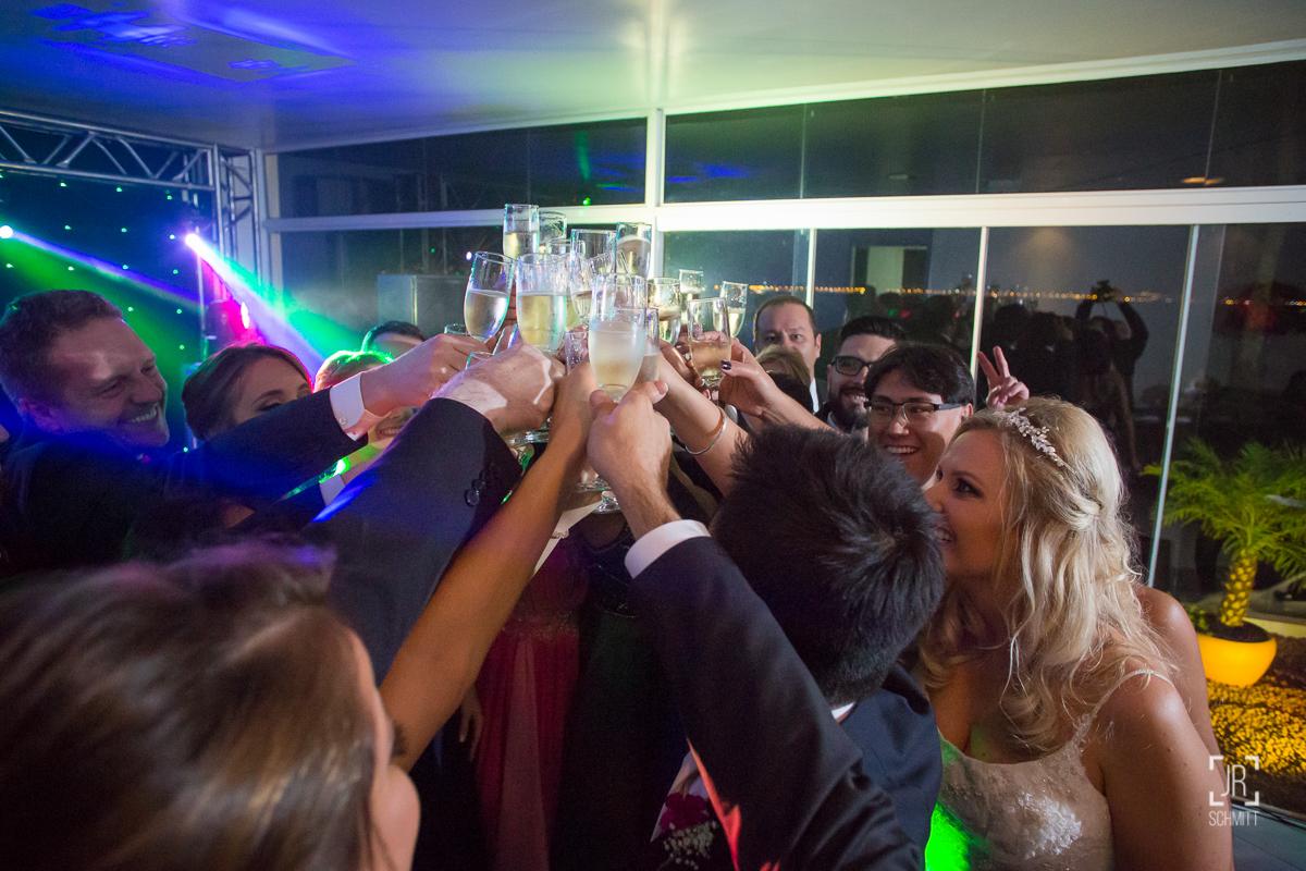 brinde com padrinhos durante a festa
