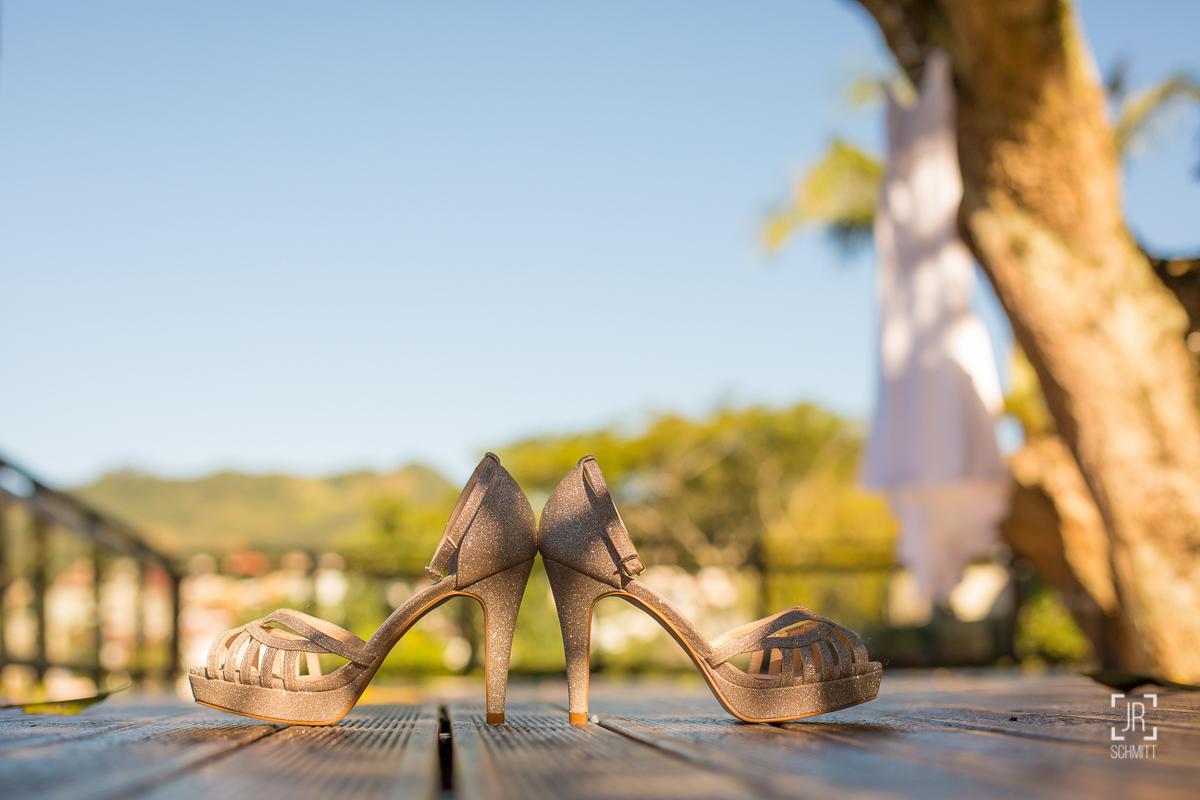 sapato dourado noiva
