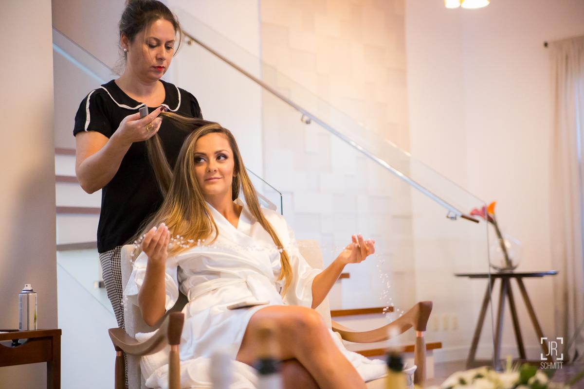 noiva segurando acessório do cabelo