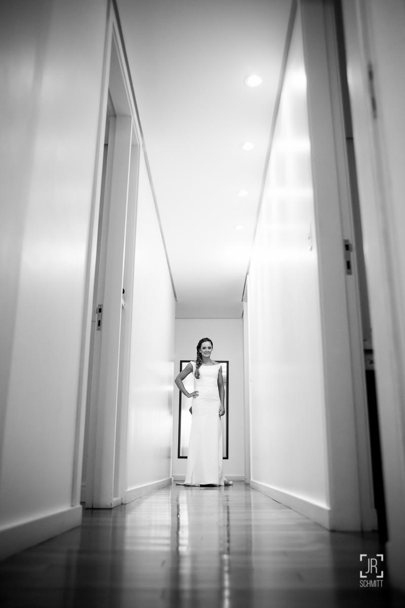 noiva pronta no corredor de casa