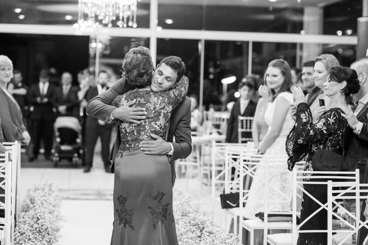 noivo abraçando a mãe