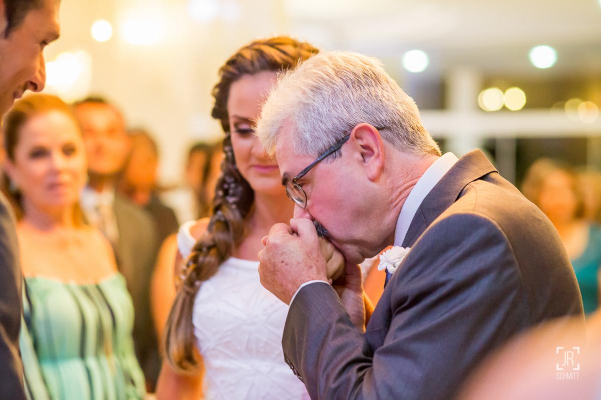 pai entregando a noiva para o futuro marido