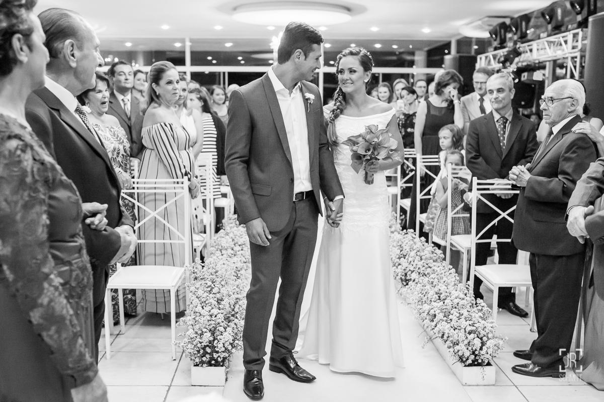 noivo recebendo a mão da noiva
