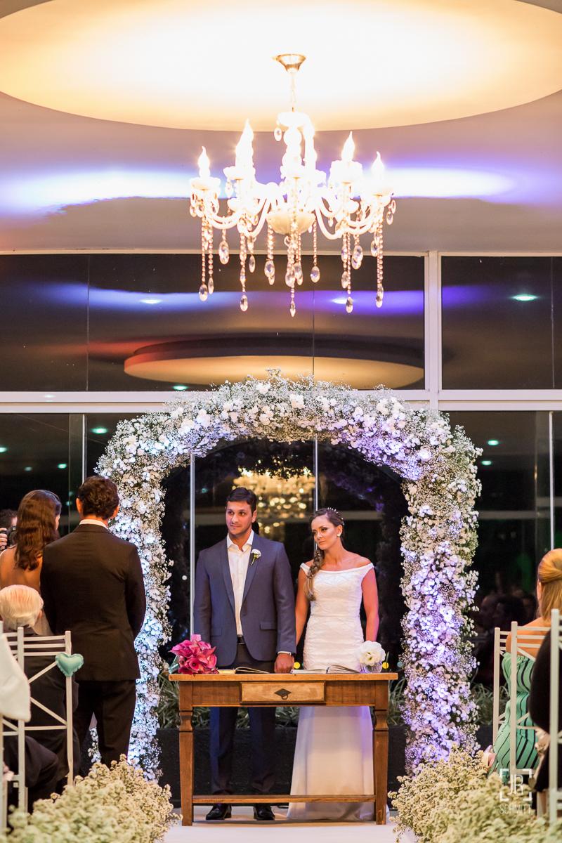 noivos celebrando o próprio casamento